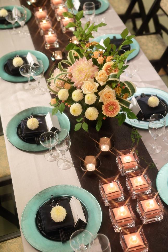 テーブルクロス「ラグジィ」(シルバー)とレザーランナーにブルーのショープレートを添えて・・・。